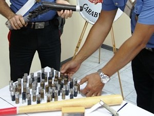Carabinieri col fucile e le munizioni sequestrate